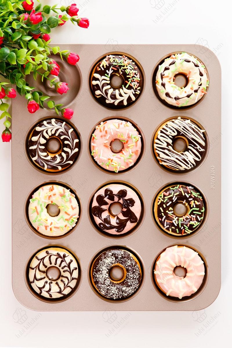 Thường có dạng hình vòng, được phủ socola và các loại hạt trang trí đầy màu sắc
