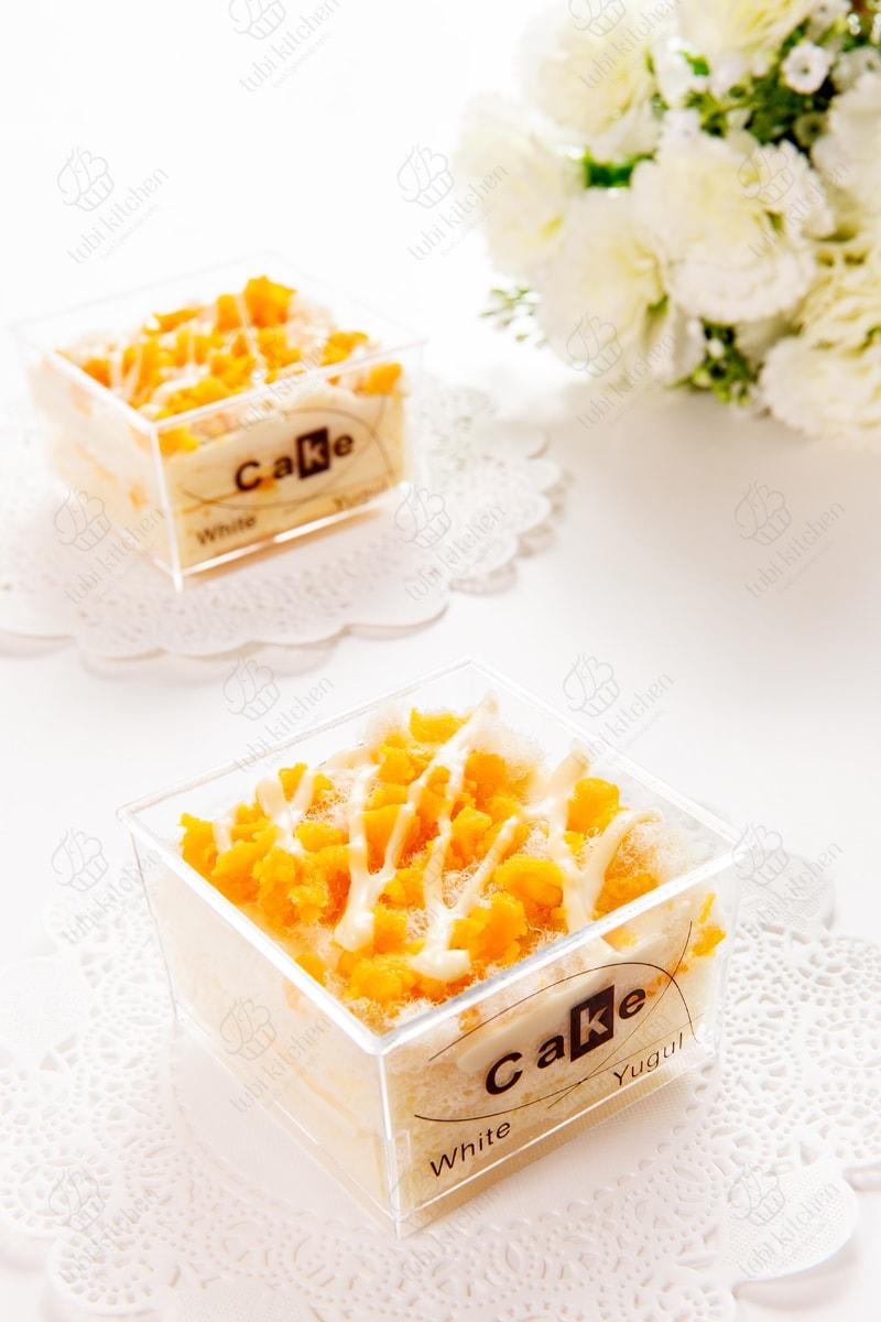 Các thành phần trong bánh đều được làm chín hoàn toàn và trang trí vào khuôn nhỏ xinh