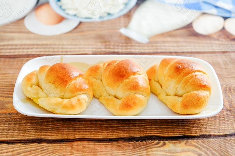 Bánh mì có vị béo của sữa và rất thơm mùi bơ