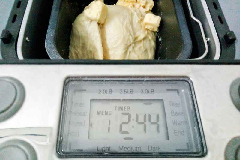 Bước 7b - Nhồi bột bánh mì hoa cúc bằng máy làm bánh mì tiross ts-822