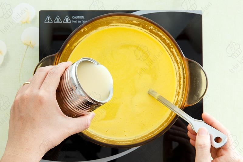 Bước 3: Nấu sôi bắp và sữa