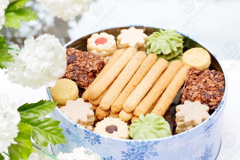 Bánh được trang trí đẹp mắt trong hộp tròn