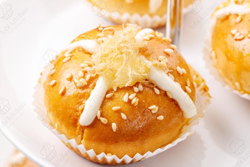 Rải thêm ít chà bông lên trên mặt bánh để trang trí và tăng hương vị cho bánh